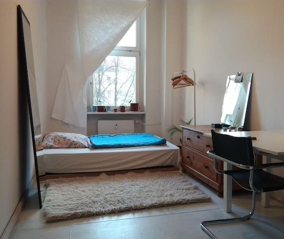 Light and lovely room close to Mitte for 1  people