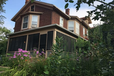 Beautiful two-bedroom home on the park - Iowa City - Talo