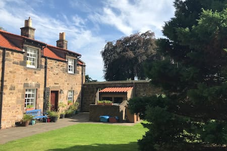 Lovely Period cottage, walking distance to beach