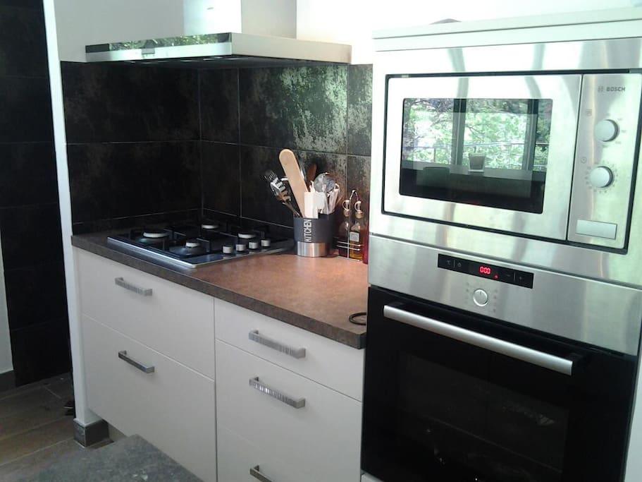 Cuisine équipée, four, micro onde, lave vaisselle, cafetière, grille pain, bouilloire, vaisselles et ustensiles de cuisine