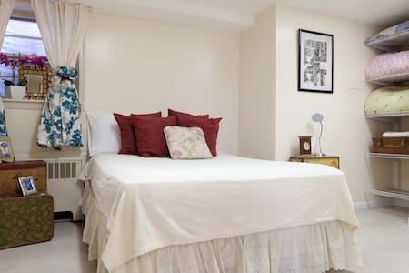 Glamorous Suite w/ Private Entrance - Queens - Apartment