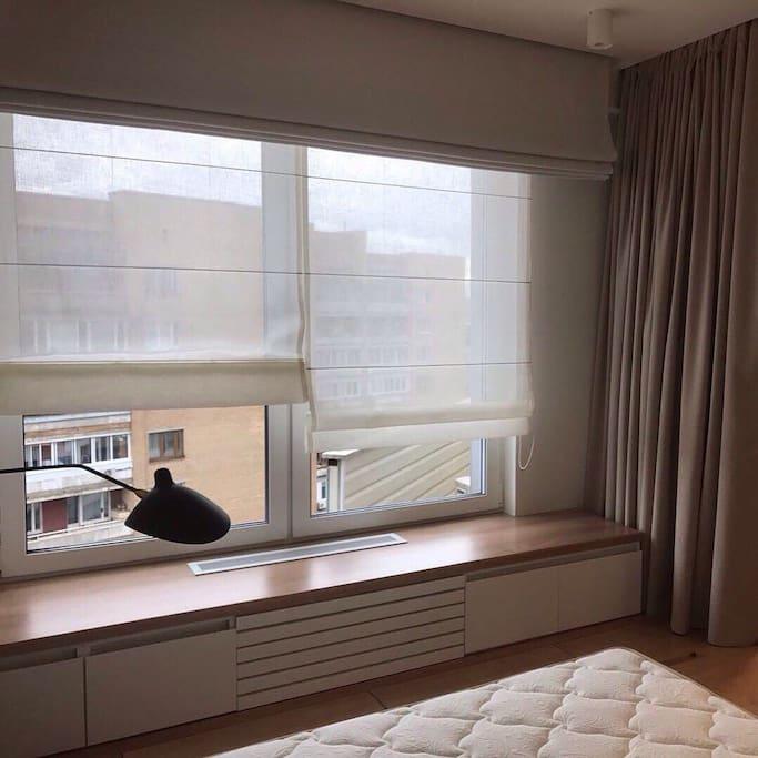 В спальне три уровня штор и широкий подоконник