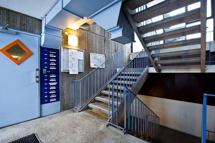 Private room with own bathroom - Solna - Dormitori compartit