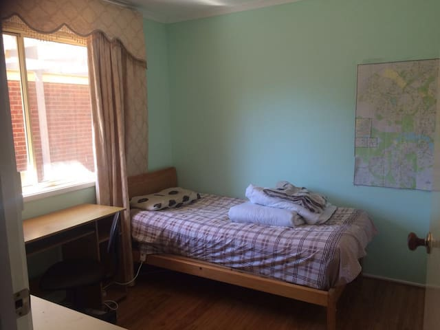 Sweet bedroom makes you feel home - Canberra - Casa