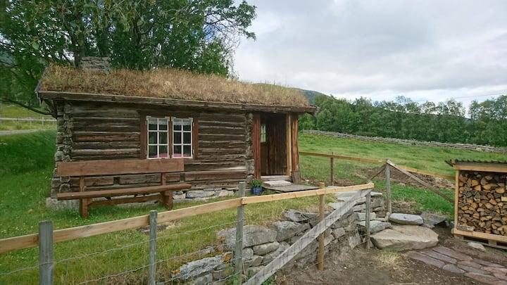 Koselig gammel tømmerhytte på gård