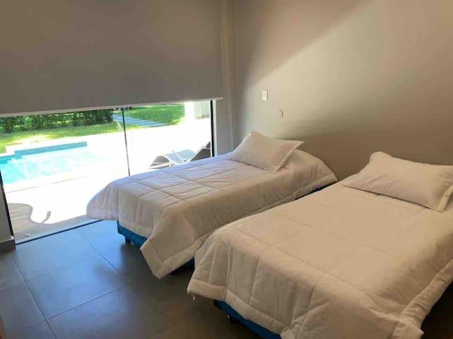 La habitación 2 tiene dos camas marineras (tienen dos colchones a utilizar abajo cada una).