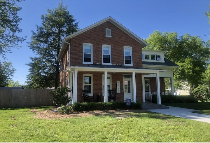 Vintage restored home, pool/hot tub-walk to town