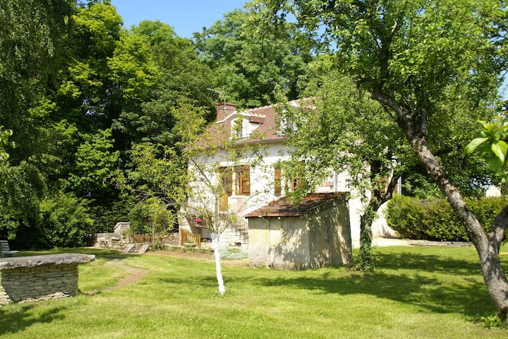 Beautifully set holiday home on the edge of picturesque Bierry-les-Belles-Fontaines