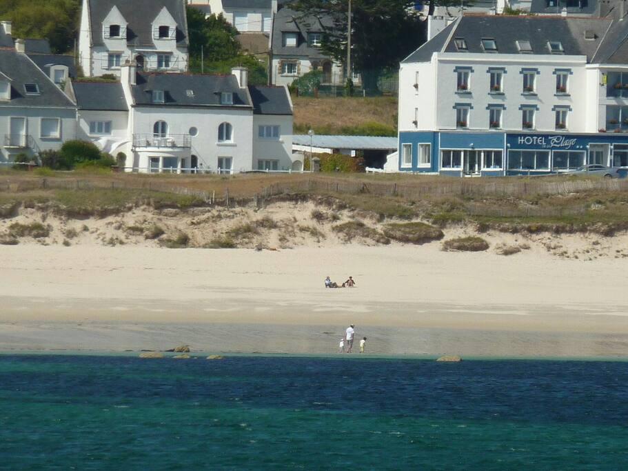 La maison vue de mer et la plage