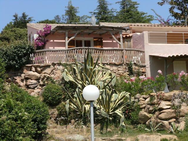 Belle mini-villa baie de Santa-Giulia, vue sur mer