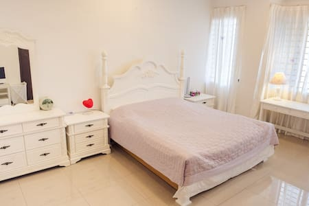 Cozy bedroom with private bathroom - Batu Maung - Casa