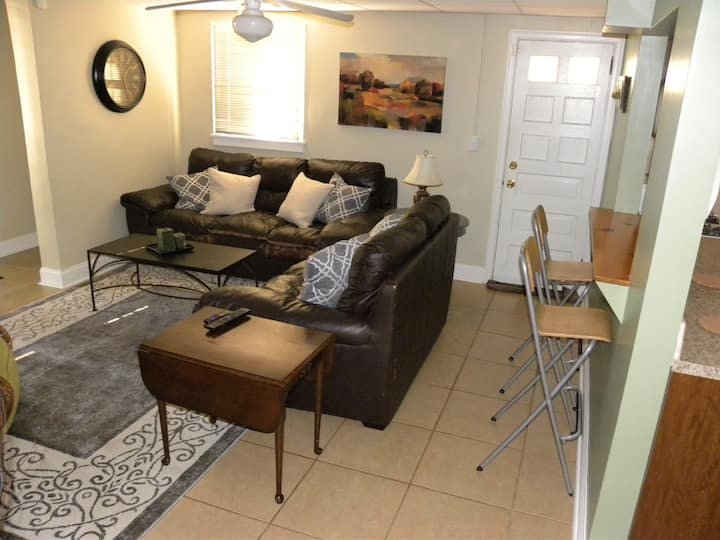 Lake Claire Apartment/Great place to stay anytime!