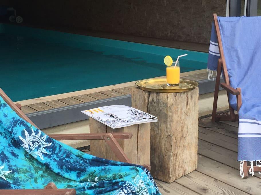 Lézarder sur la terrasse devant la piscine