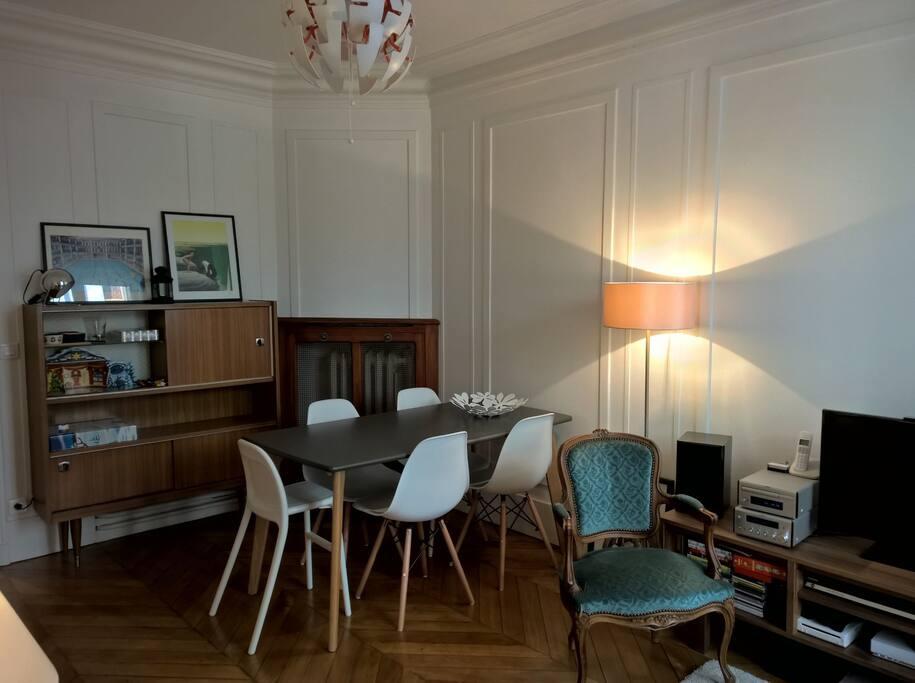 Salon - partie salle à manger Living room - dining room