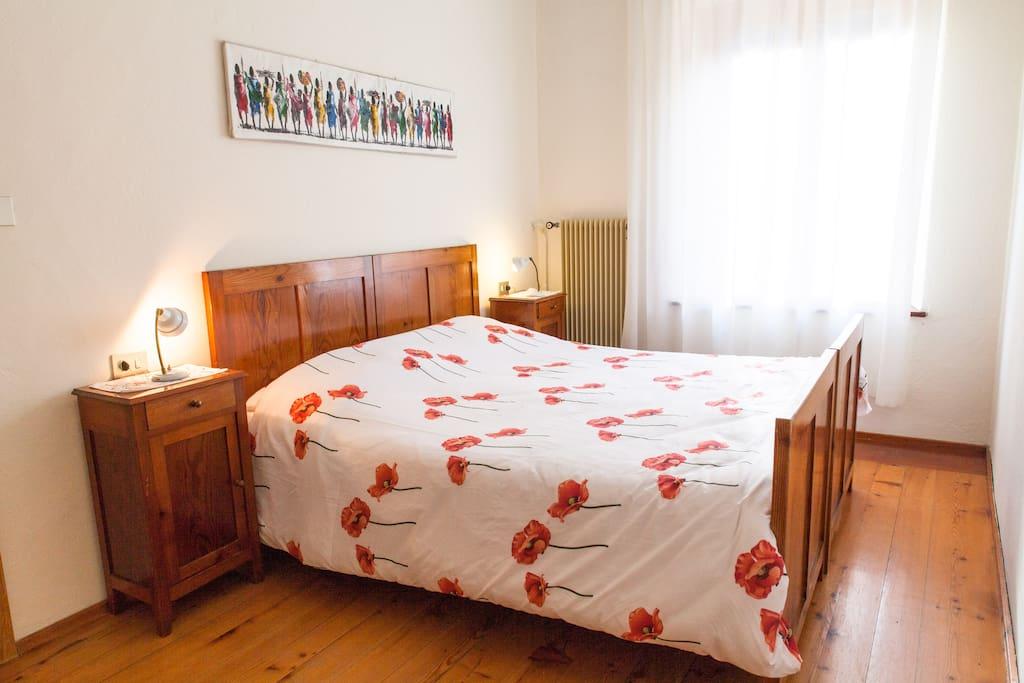 Camera Papavero, arredata con mobili fatti a mano, in legno massiccio