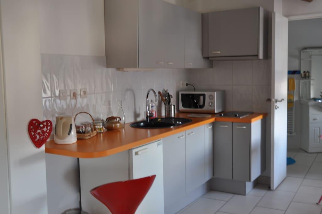 Le coin cuisine avec toute la vaisselle utile , vous permettant de faire vos repas et prendre vos petits déjeuners