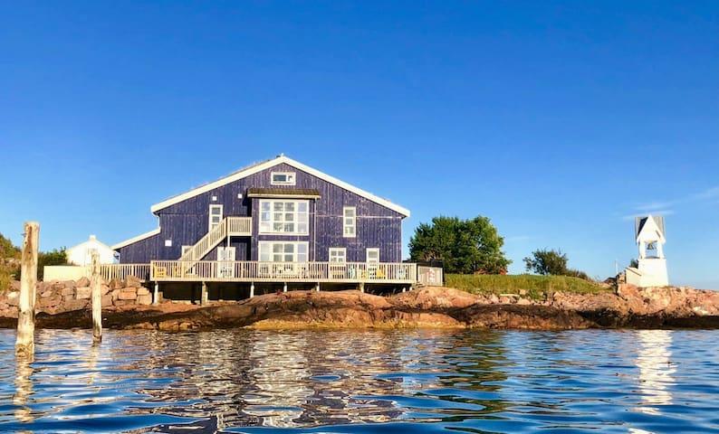 Leilighet med to soverom i hus ved sjøen.