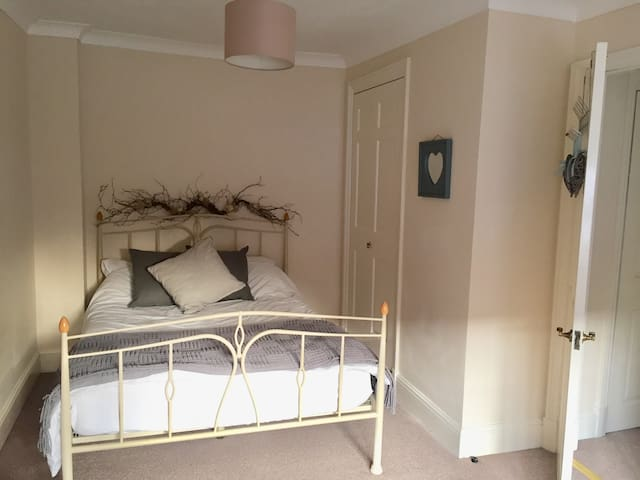 Double bedroom in central Winchester townhouse