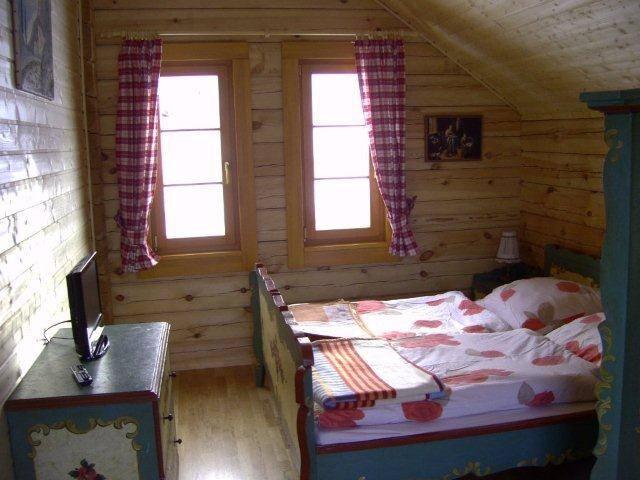 Schlafzimmer mit TV, Balkon und Infrarotwärmekabine