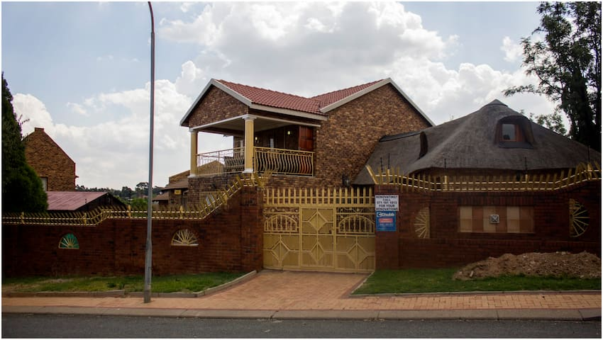 Mthiya's Guesthouse - Johannesburg South - Guesthouse