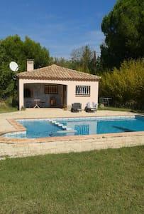 Studio-maisonnette avec piscine - Beauvoisin - Дом