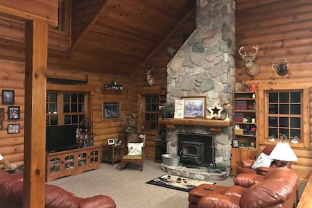#1 Fox Den, queen bed   Relaxing Log Home Retreat