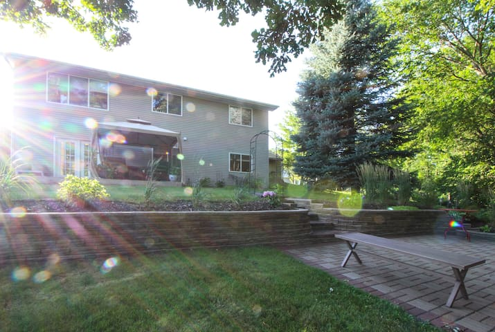 Ryder Cup retreat with quiet, beautiful yard! - Chaska - Byt