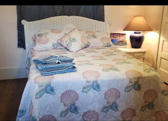 Cozy little room near Main St and the beach!