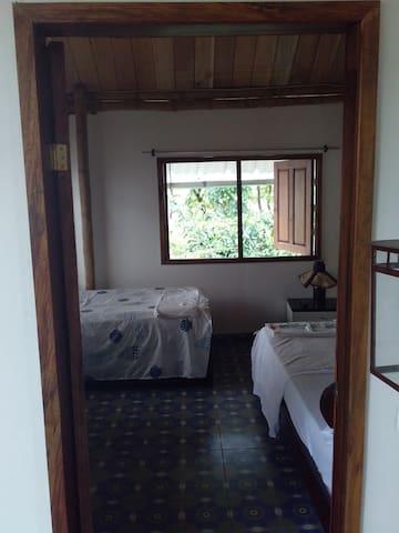 Habiracion principal cuenta con dos ventanas.