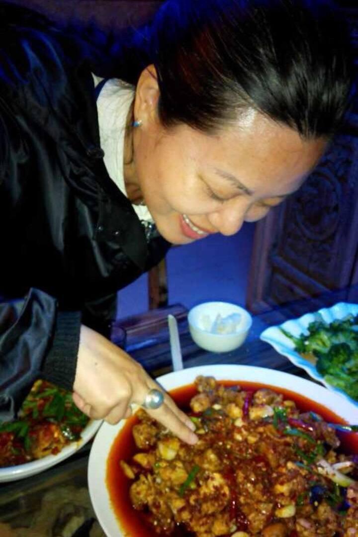 客人在品尝自己做的菜