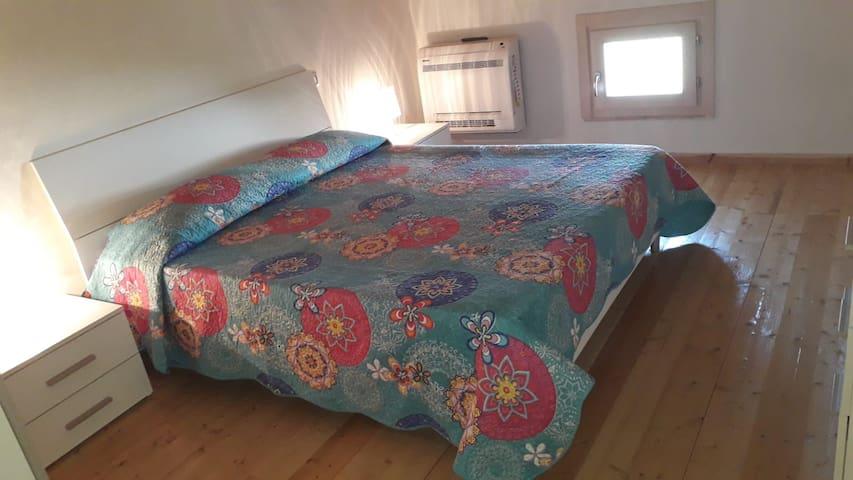 camera da letto matrimoniale completa di armadio comò comodini e tv schermo piatto 24 pollici