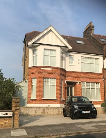 2 bed apartment in Eltham , 2 min walk to station,