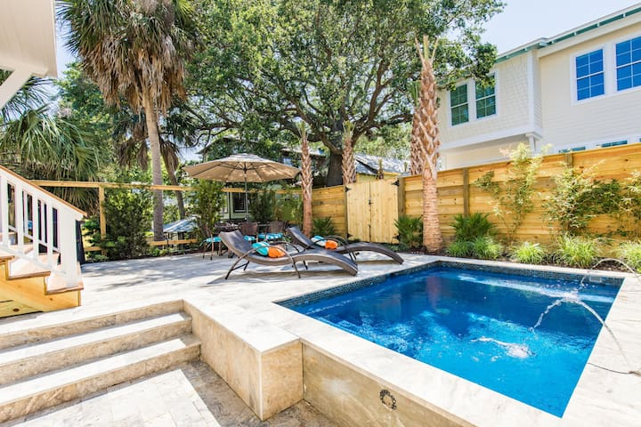 Luxury 4-Bedroom w/Private Pool, Next to Center St