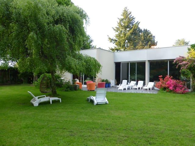 Maison de campagne avec piscine intérieure . - Moyaux - Huis