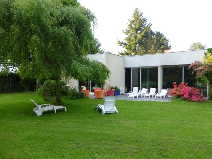 Maison de campagne avec piscine intérieure .