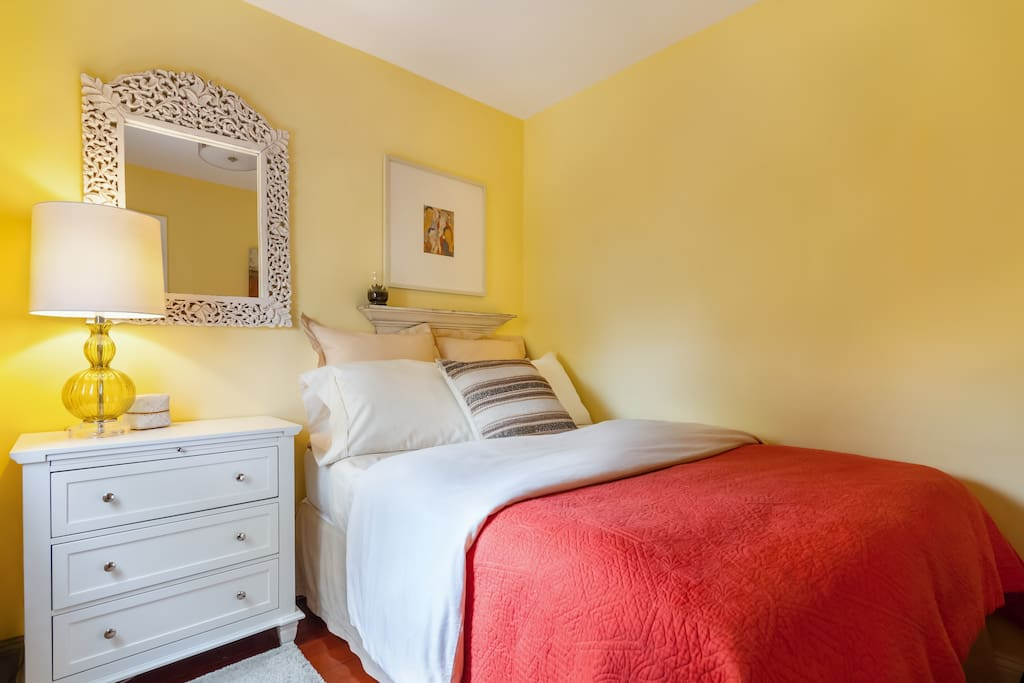 """""""The space looks exactly as it is shown in the pictures, it is clean, spacious and Evelyn thinks of everything"""" by Anka. Small bedroom with a full size bed - Sleeps 2"""