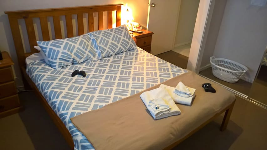 Bright, Queen bedroom and close to shops (Room 1)