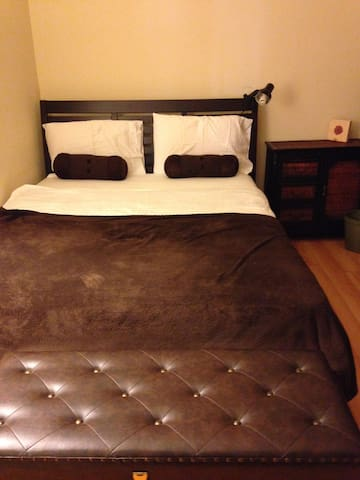 Relaxing private bedroom in modern Condo near UCLA