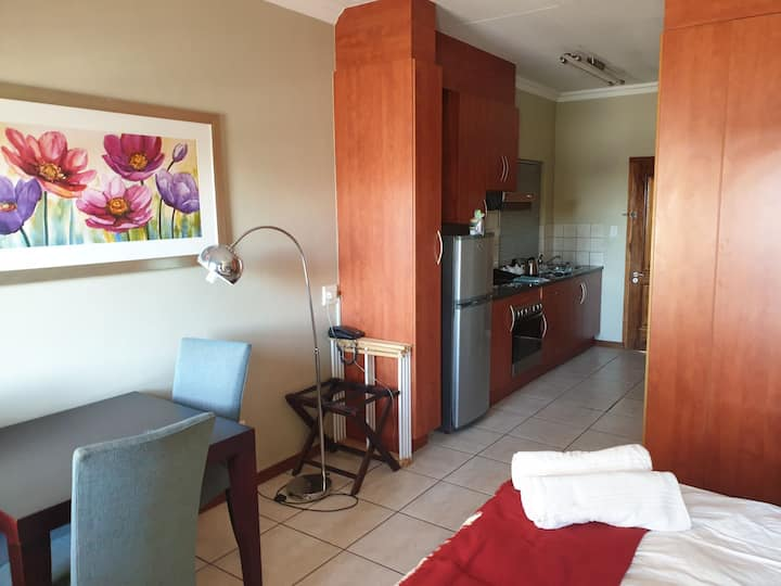Grosvenor Gardens Apartment **R7000 PER MONTH*