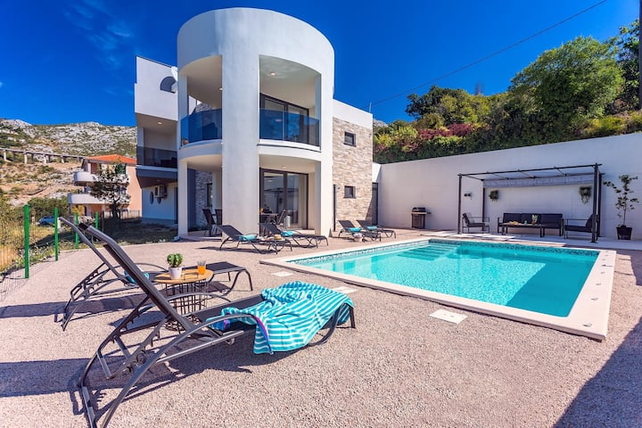 VILLA CVITA is a modern 5-bedroom villa with a Jacuzzi, a Gym and Finnish Sauna, a heated pool, and amazing views