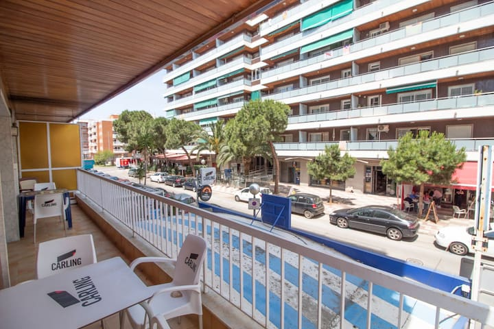 Large central apartment for 6 with wifi and large balcony.
