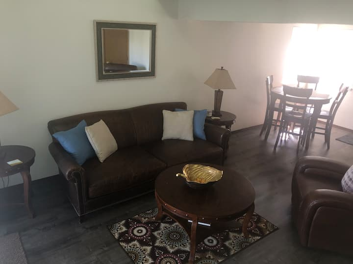 Conveniently Located Townhome NE Medford- Pool/Gym