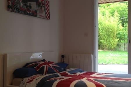 chambre dans dépendance avec salle d'eau privée - Montussan - Apartment
