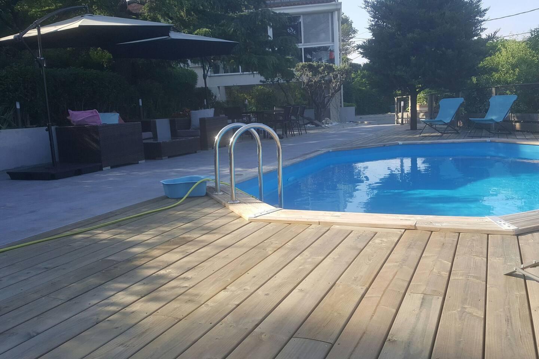 la piscine au même niveau que la terrasse pour se rafraichir...