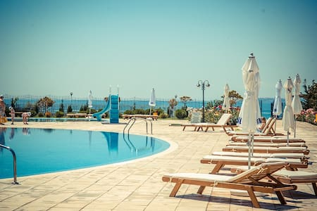 Beachfront apartment in a 5 star complex sleeps 5 - Sveti Vlas