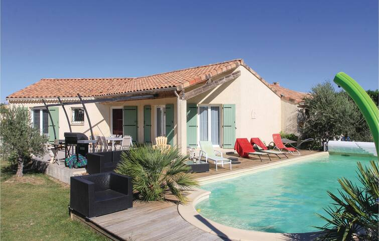 Holiday cottage with 3 bedrooms on 98 m² in Pierrelatte