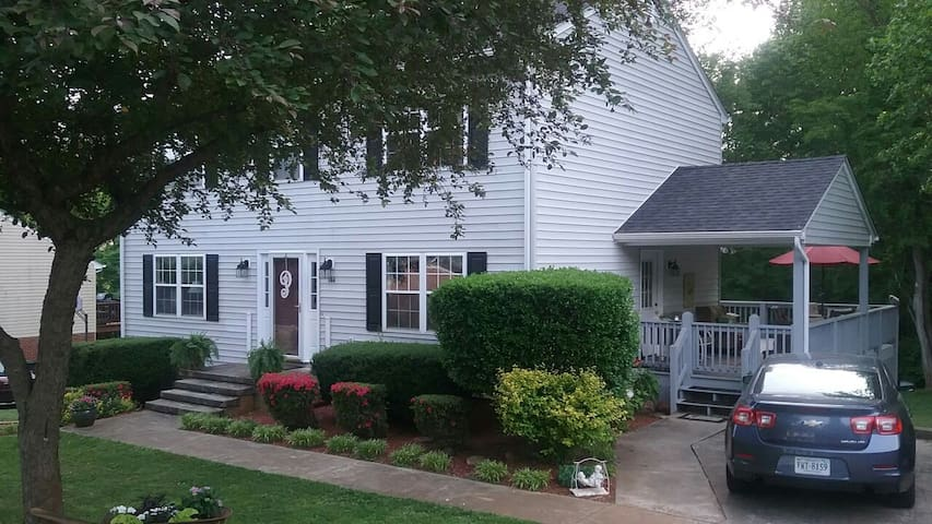Cozy 5 bedroom home 10 min from LU, 5 min from LC!