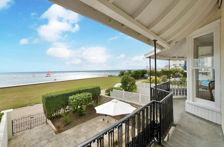 Panoramic sea views from our beach home. - Bognor Regis - Dům