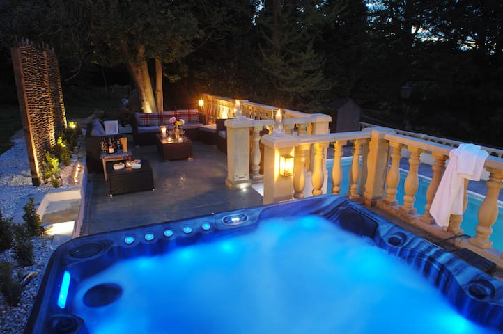 Beautiful home with pool and hot tub. Sleeps 12 near Bath. Wifi and Parking,