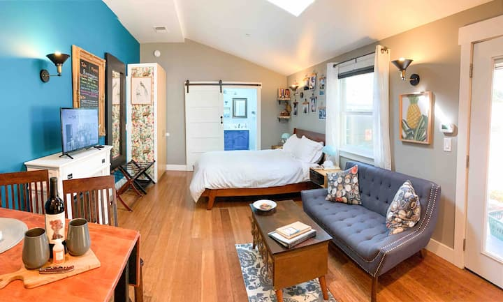 Central charming studio w/pvt patio + breakfast